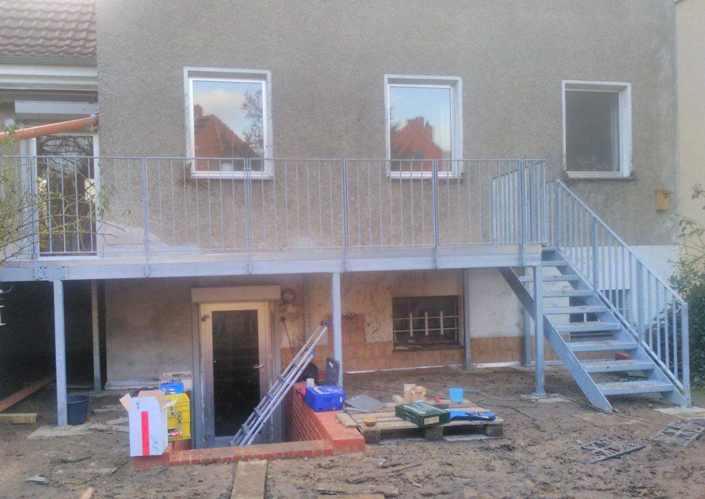 Terrasse mit Treppe, Gitterrostbelag